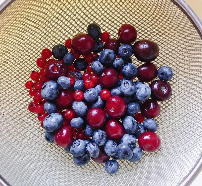 Меренговый рулет с ягодами - рецепт домашний