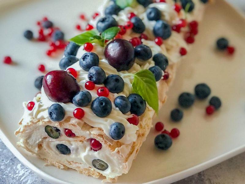 Меренговый рулет с ягодами рецепт