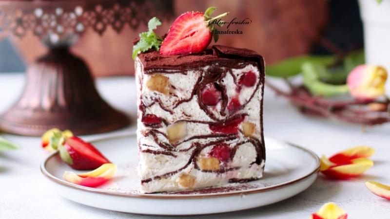 Шоколадный блинный торт рецепт на сковороде с клубникой и бананом