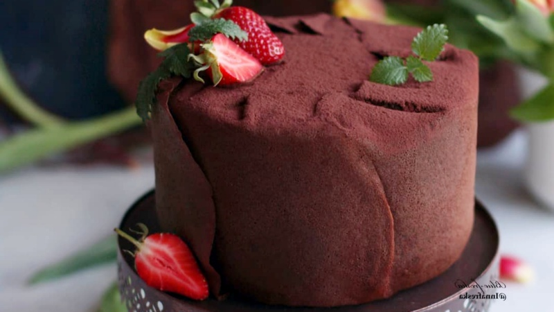 Шоколадный блинный торт 🍫 на сковороде с клубникой 🍓