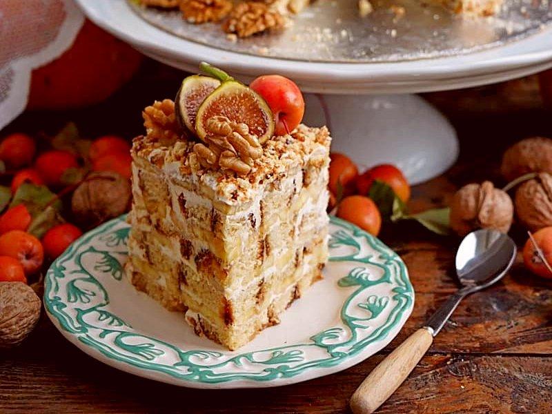 Торт из пряников и бананов со сметаной без выпечки