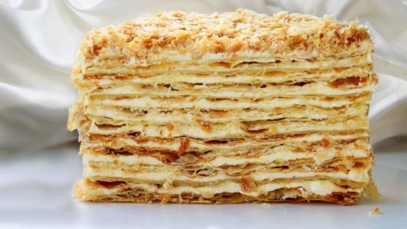 Торт Наполеон в разрезе из слоеного теста с заварным кремом и сгущенкой