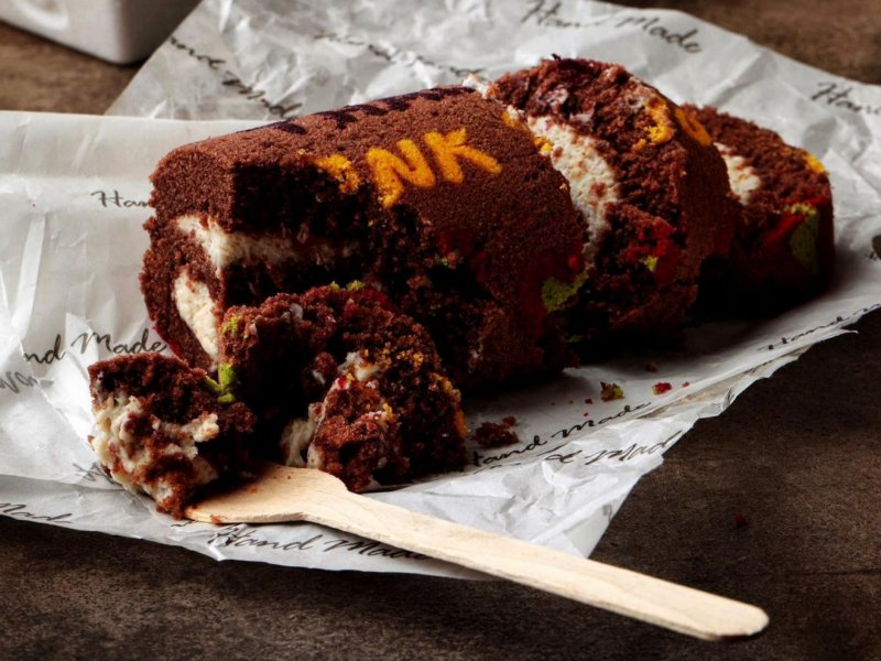 Шоколадный рулет из бисквита с рисунком на поверхности рецепт