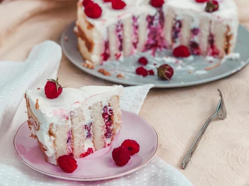 Бисквитный малиновый торт с вертикальными коржами