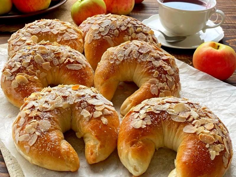рецепт Дрожжевые сдобные булочки с яблоками и корицей в духовке