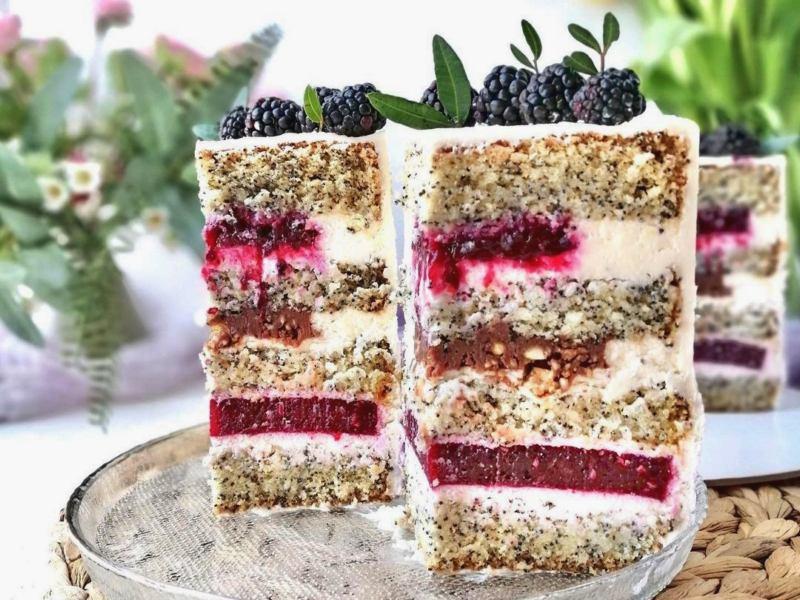 Торт с ежевикой и ежевичным конфи маковым бисквитом