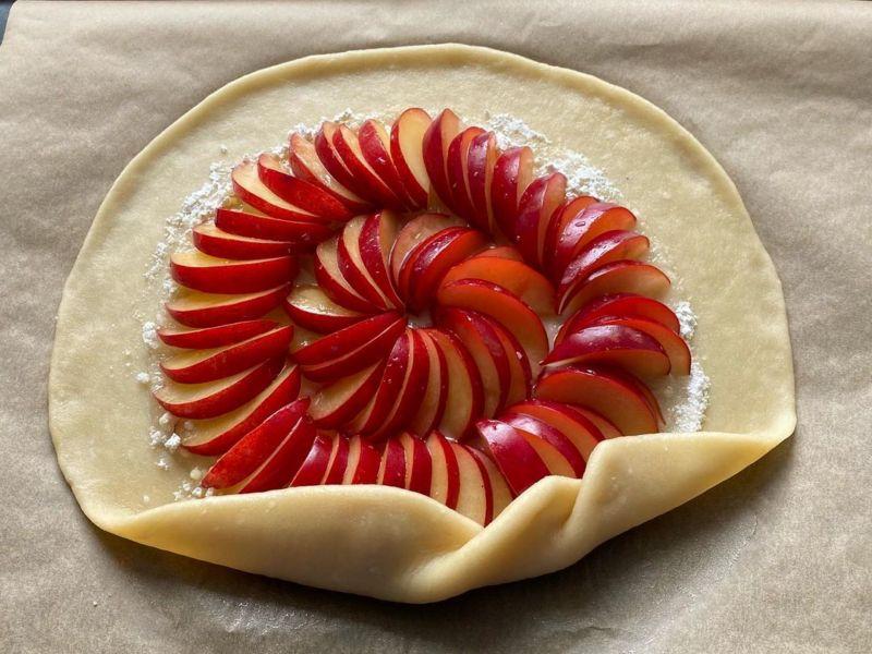 Пирог открытый со сливами