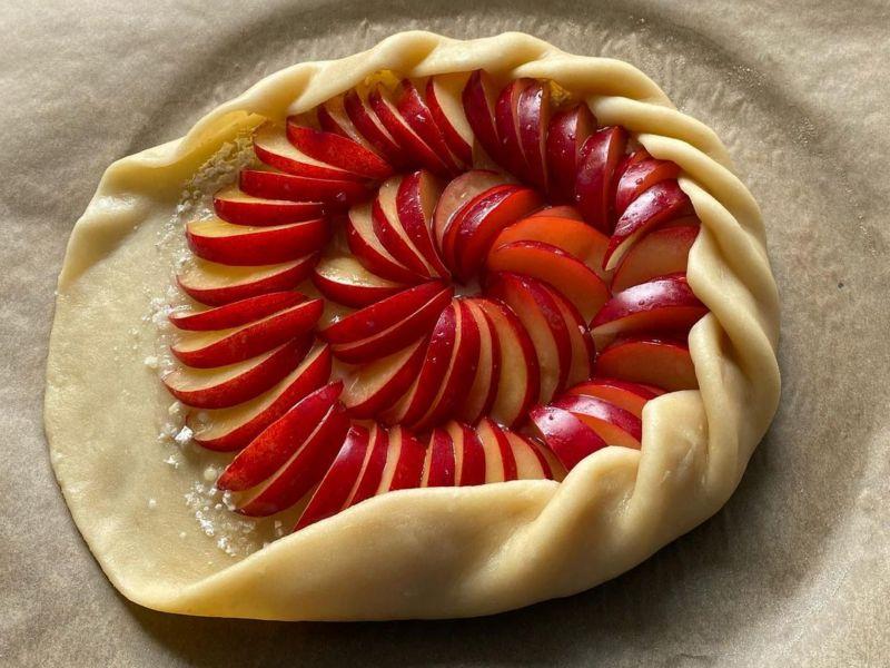 Сливовый открытый пирог
