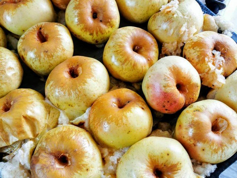 Выложить целые яблоки и запечь в духовке
