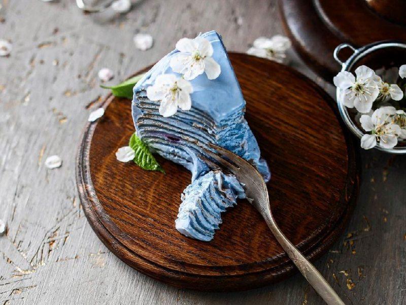 Голубой блинный торт с черникой и матча