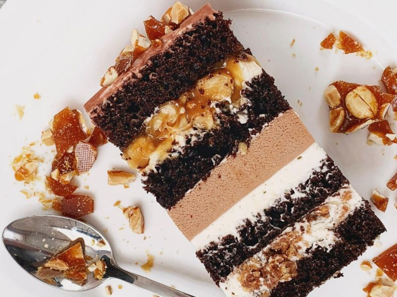 Торт Сникерс с карамелью арахисом и шоколадным муссом