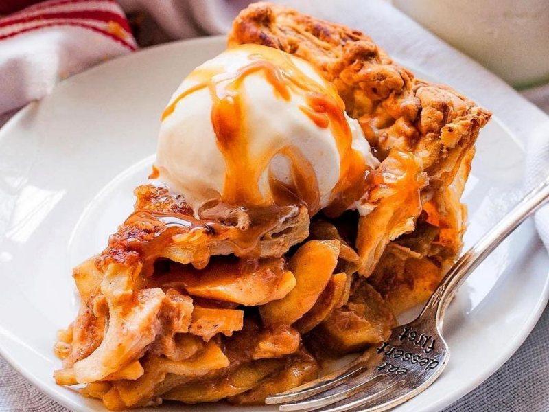 Яблочный пирог с соленой карамелью рецепт