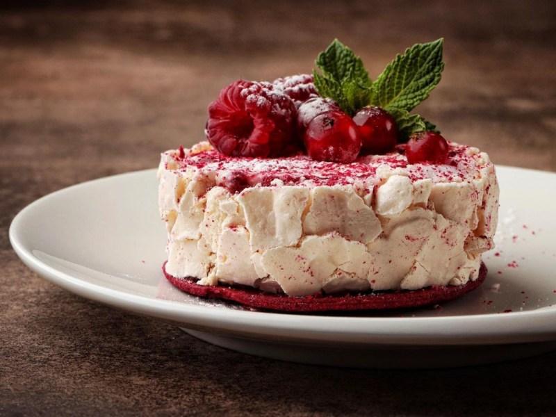 десерт меренговый рулет с малиной