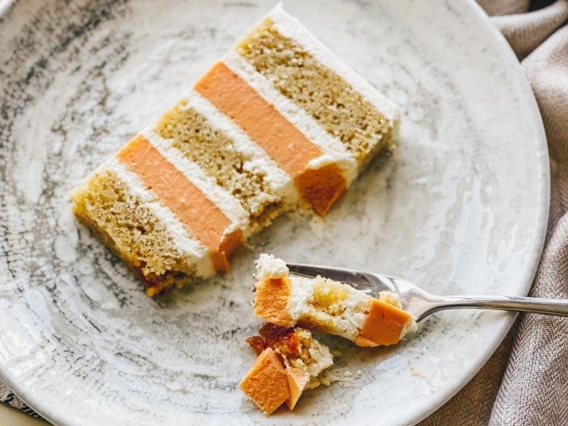 Персиковый торт Вивьен с муссом, фундуком и йогуртовым кремом